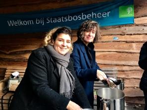 Zaterdag 16 december, Donna en Birgitta serveren de soep met dank aan Albert Heijn