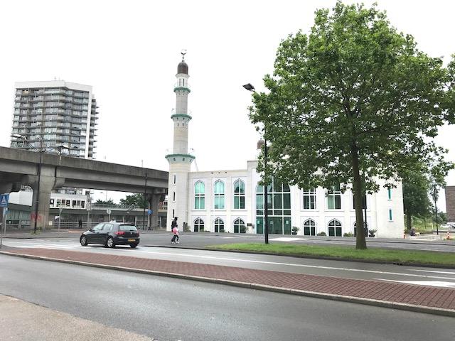 Opstapplaats metrostation Kraaiennest ter hoogte van Taibah moskee